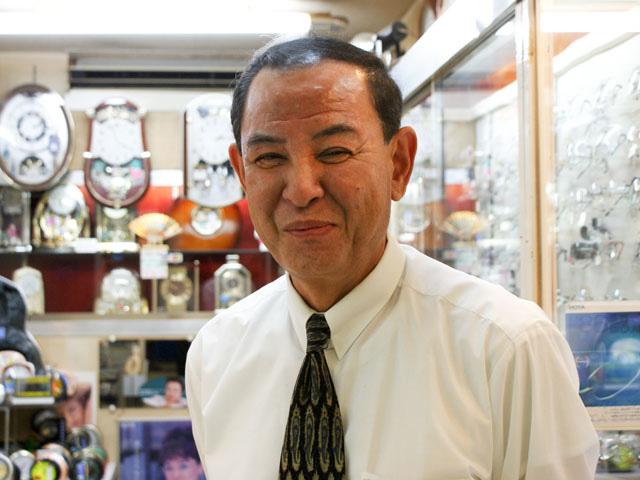 笑顔の店長さんの写真