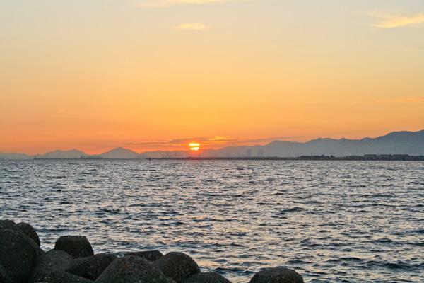 大阪湾の夕日「舞洲の磯」の写真